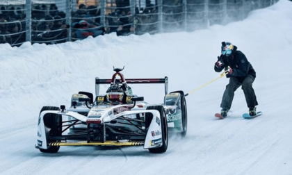 Bene Mayr skiet achter Formule E auto aan in Zell am See